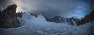 Панорама Коронского ледника у Черного жандарма(4100м), слева на право: башни Короны, пик.Изыскатель, пик.Симагина, пик.Свободная Корея, пик.Ак-Тоо...