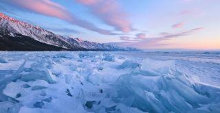 Первые лучи окрасили вершины сопок Байкальского хребта.
