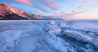 Солнце наконец поднялось над горизонтом окрасив сопки и выступающие льдины торосов в розовый цвет.