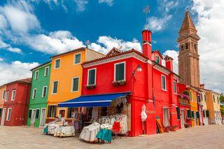 Цветные домики выглядят игрушечными