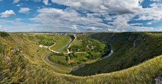 Старый Орхей одна из главных достопримечательностей Молдавии. Протекающая здесь река Реут за миллионы лет своими изгибами выточила в осадочных известняковых породах чашу  напоминающую кратер большого вулкана.  На фото вид с западного склона на село Бутучень.