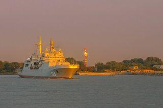 Корабль проходит мимо развалин старого кайзеровского форта на Балтийской косе. Небо было необычного сиреневого оттенка.
