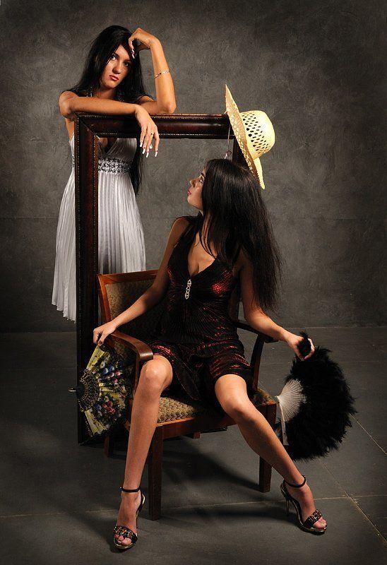 девушка кресло веер Старое креслоphoto preview