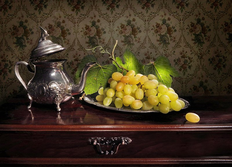натюрморт,поднос,виноград,чайник,листья,стол Виноградphoto preview