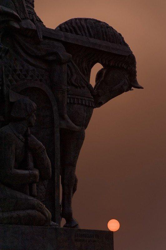 В свете пылающего заката  солнца и в свете  полной луны.photo preview