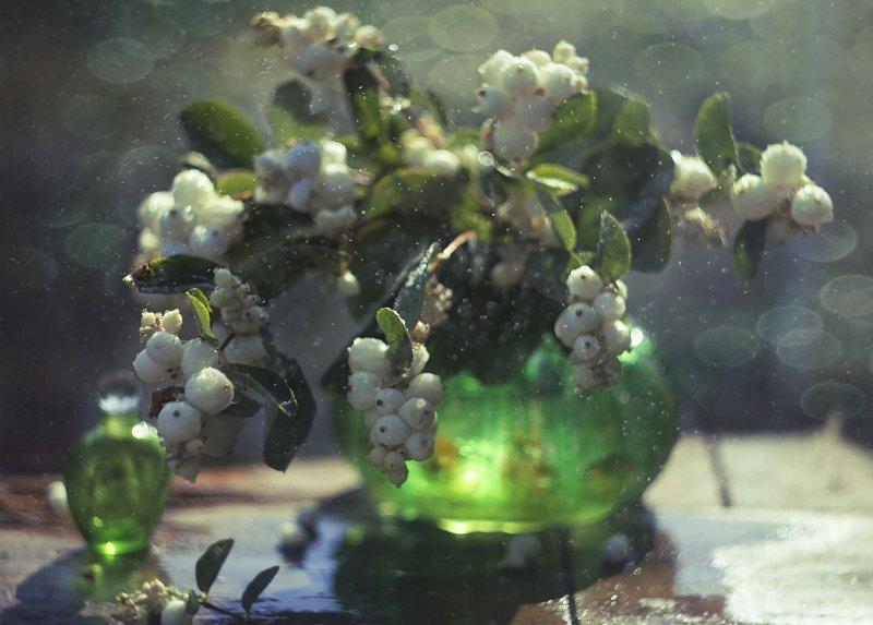 белые ягоды, зелёная ваза, флакон духов, натюрморт ******************photo preview