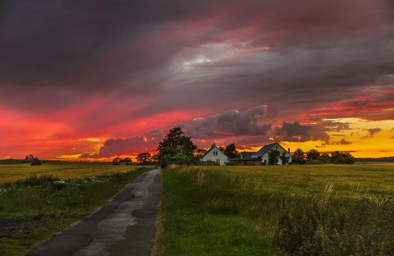 дания, деревня, закат, облака, дорога, поле, дома, Пламенный закат в деревне Лисбю. Дания.photo preview