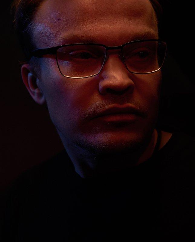 градиент, очки, синий, красный, черный фон, мужской, портрет  Денис photo preview