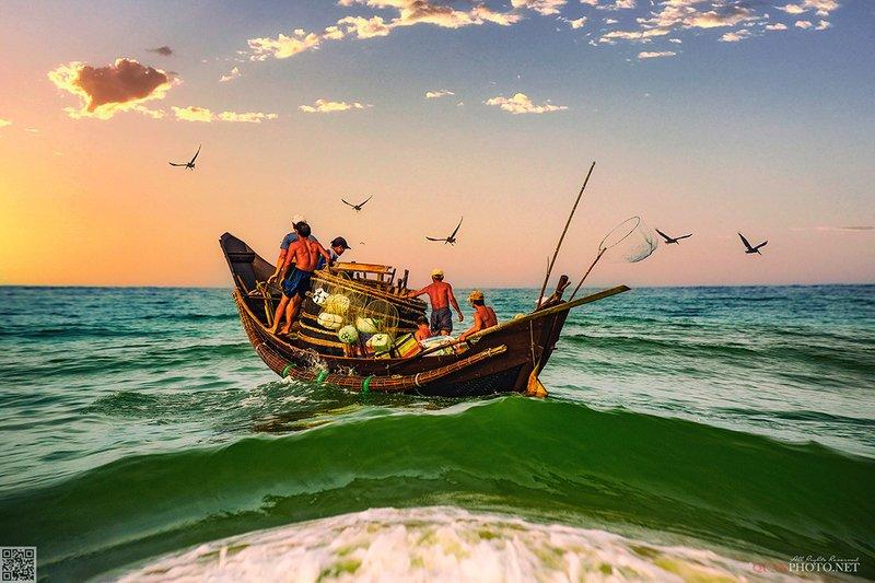 quanphoto, landscape, morning, sunrise, dawn, fishermen, sea, boat, fishing, rural, seascape, vietnam The fishermen and the Seaphoto preview