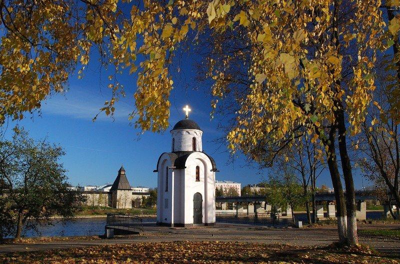 город, пейзаж, городской пейзаж, осень, листья,  псков белокаменный, собор,  часовня,  башня, покровская башня, россия начинается здесь Есть город золотой.photo preview