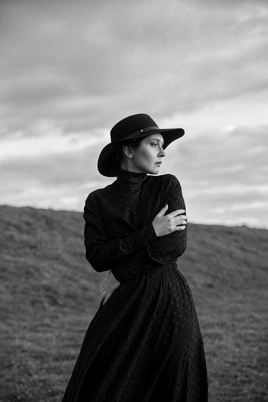 autumn, dramatic, portrait, bw, cold, black, hat, dress, model, wind, sunset autumnphoto preview