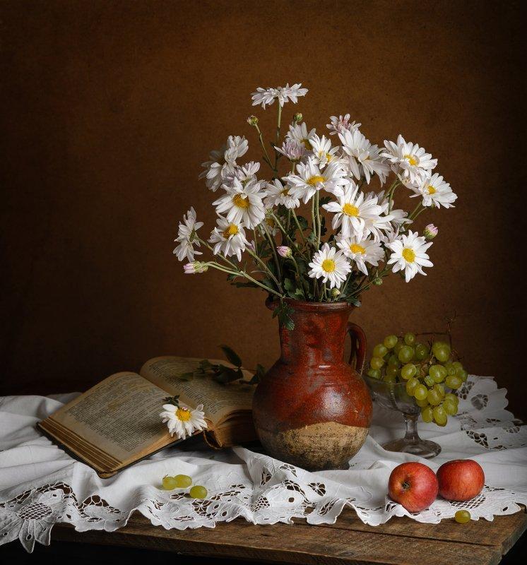 хризантемы, яблоки, книга, виноград, осень Хризантемыphoto preview