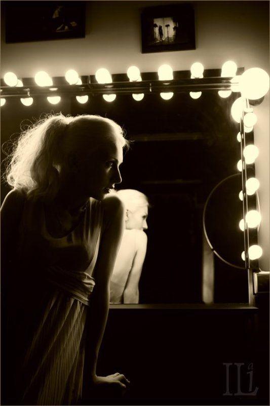 девушка, зеркало, отражение Зеркальнаяphoto preview