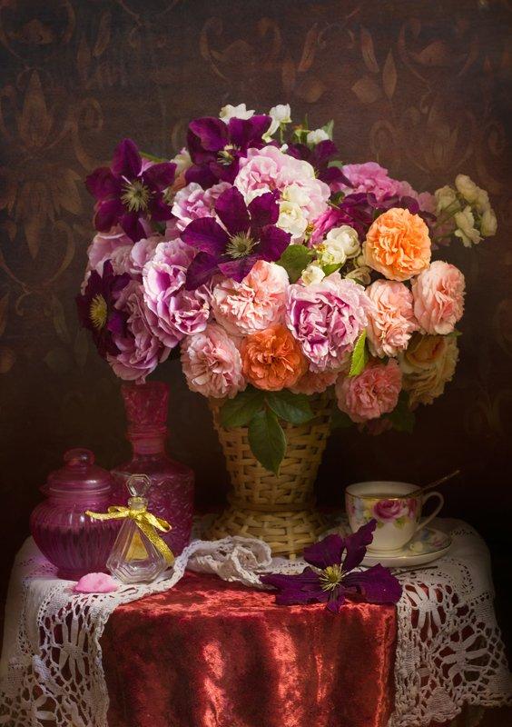 букет цветов, чашка чая, розы, клематисы. корзина,бархатная скатерть Пур-пур...photo preview