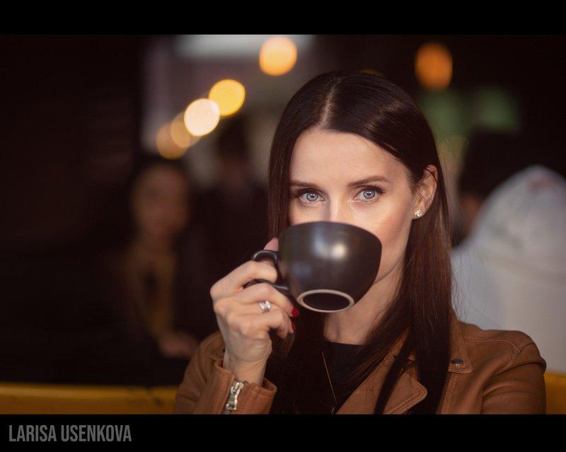 модель девушка глаза кофе стакан портрет Девушка в кафеphoto preview