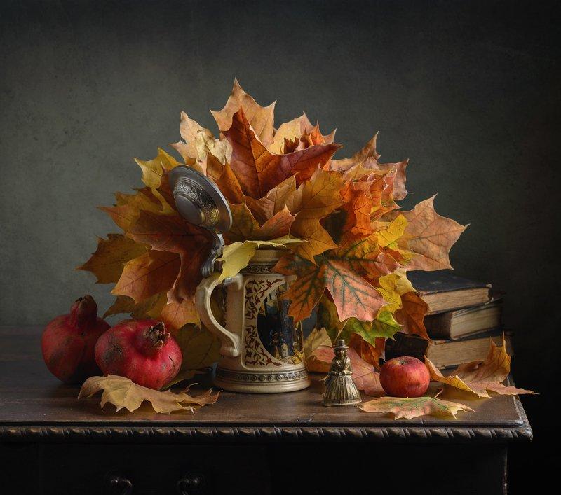 кленовые листья, осень, книги Кленовый букетphoto preview