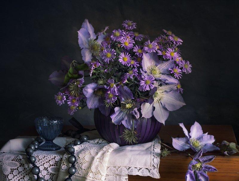 букет цветов, клематисы. фиолетовый, синяя рюмка, бусы Осенние клематисыphoto preview
