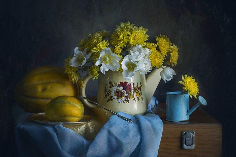 Букет жёлтых хризантем, дыни, поливальник, чайник, анемоны, вилка, осень Осень, дыни, анемоныphoto preview