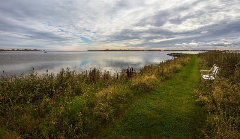 дания, деревня, скамейка, облака, море, лодочник, Посидим на берегу, посмотрим на лодочника.photo preview