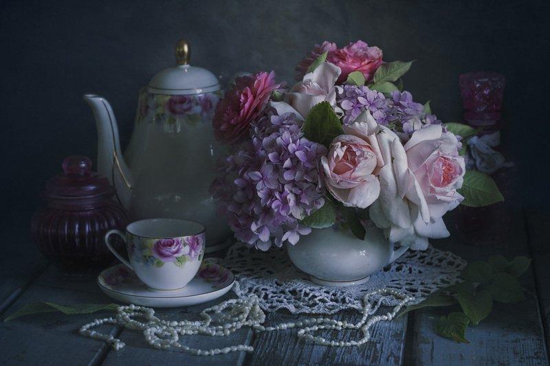 букет цветов, розы, бусы, гортензия, чашка чая, чайник Романтикаphoto preview