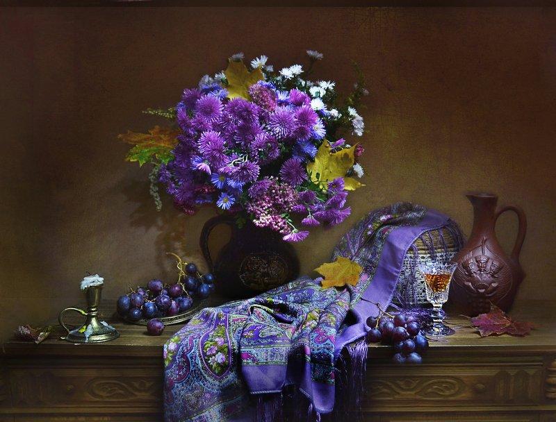 still life, натюрморт, фото натюрморт, осень, октябрь,цветы, хризантемы,сентябринки,свеча, подсвечник, шаль, кувшин, листья клёна, настроение виноград Тихо скрещивает время...photo preview