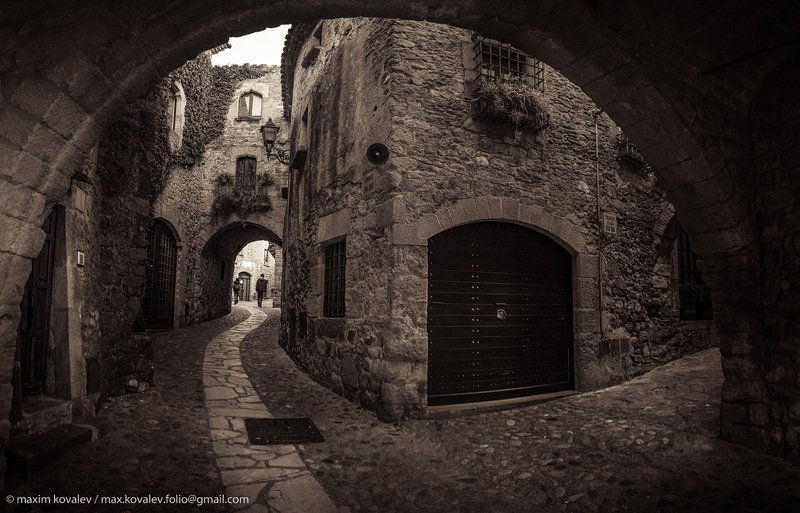 catalonia, catalunya, cataluña, europe, pals, spain, age-old, ancient, arch, architecture, building, city, old, stone, town, европа, испания, каталония, палс, арка, архитектура, город, городок, здание, каменный, камень, старинный, angle, угол, брусчатка,  Палс. Вход в старый город / Pals. Entrance to old townphoto preview