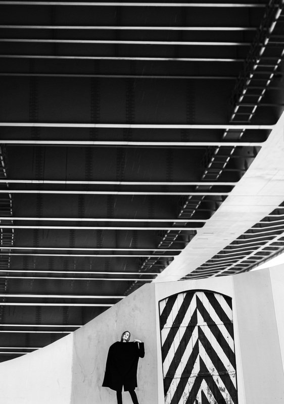 чб,девушка,линии,геометрия,улица,мост Ловец линийphoto preview