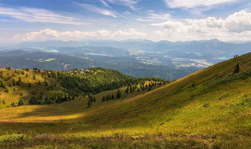 Туристы в горах Австрии. Вид на озера Осияхер Зее.photo preview