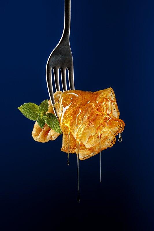мёд, еда, блин, блины, десерт, предметная фотография, фудфотография Блинчик с мёдом фото превью
