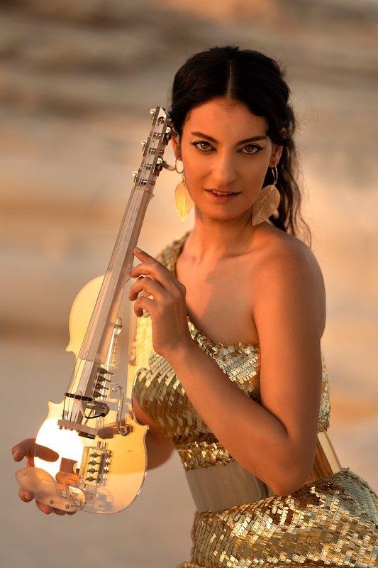 девушка портрет золото скрипка музыка солнце красотка 50 shades of sunphoto preview