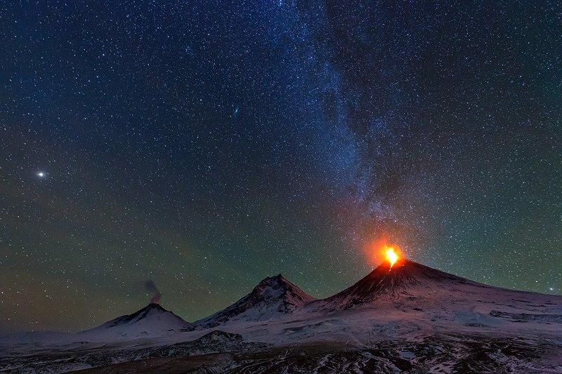 Камчатка, вулкан, пейзаж, природа, извержение, лава, звезды, ночь, путешествие, фототуры Три Великанаphoto preview