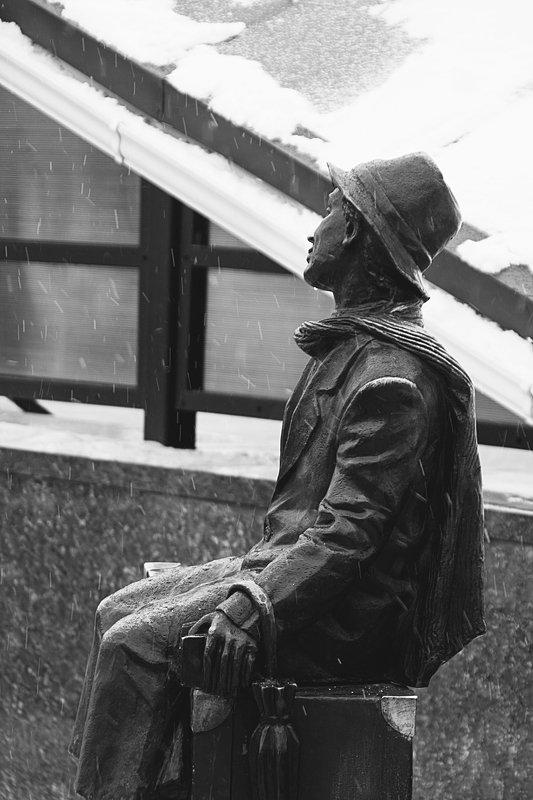 уличная фотография, город, люди, эмоции, дворы, вокзалы, стрит, скульптура Гомель. Вечный путешественник.photo preview