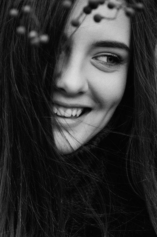 глаза, девушка, крупный план, портрет, портрет девушки, улыбка, чб, чб портрет, черно-белое, черно-белое фото, уличная фотография [ Darya Romanets ]photo preview