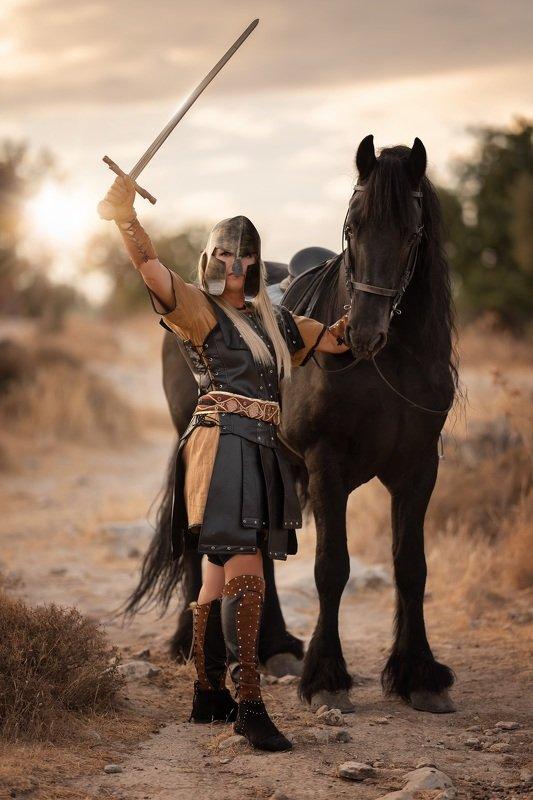 конь воин женщина сила доспехи меч Женщина-воинphoto preview