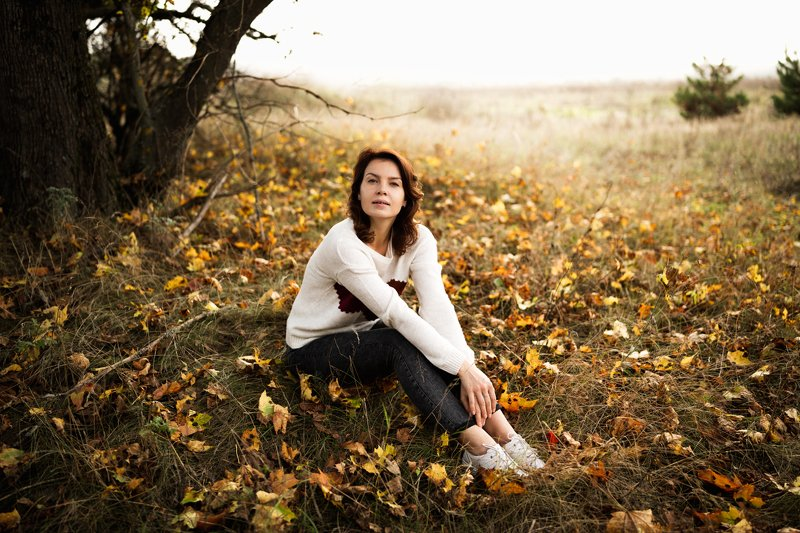 девушка; осень; листва; лес Антураж пленительной осениphoto preview