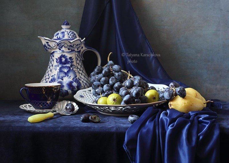 натюрморт, виноград, кувшин, груши В оттенках синегоphoto preview