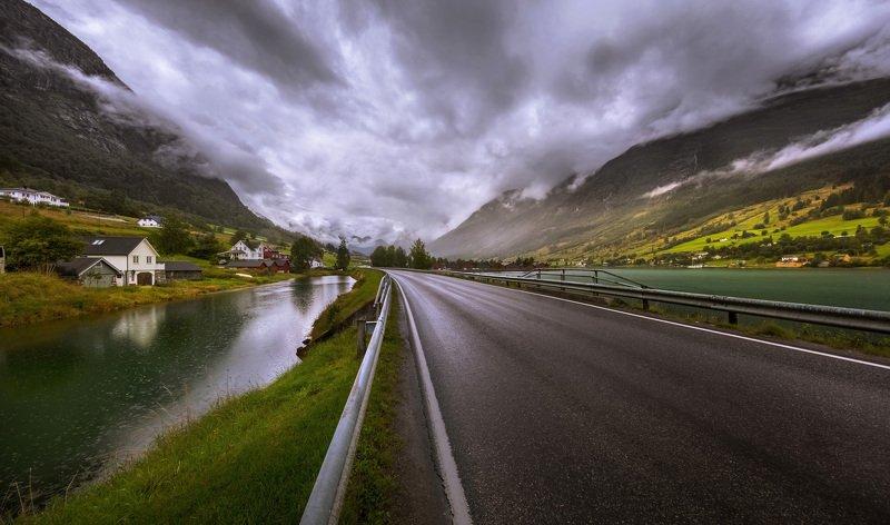 норвегия, гейрангер, горы, облака, озеро, домик, дорога, дождь По дороге на Гейрангер идёт дождь.photo preview