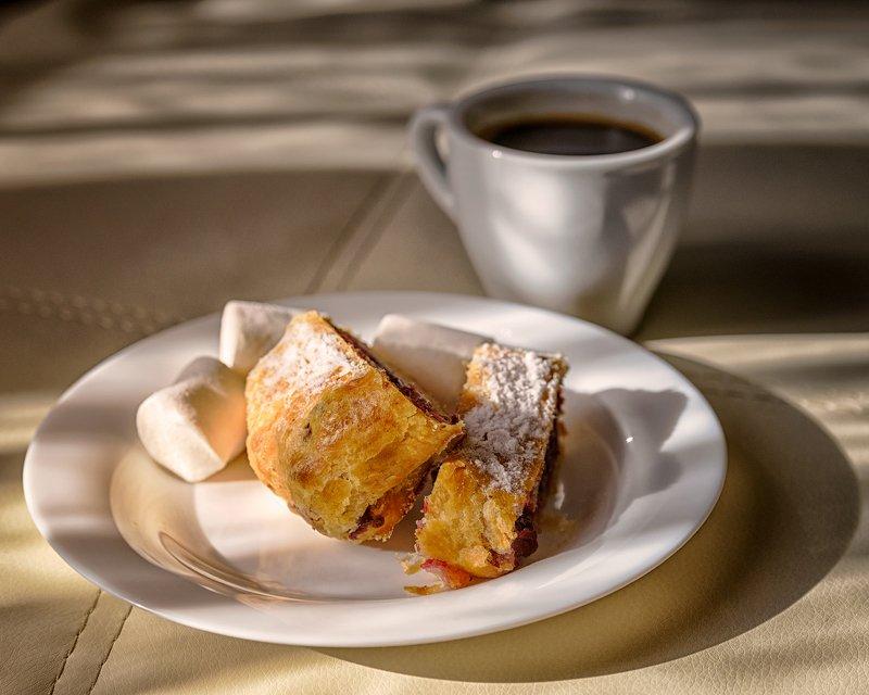 натюрморт, чашка, кофе, тарелка, маршмеллоу, штрудель Завтрак в солнечных лучахphoto preview