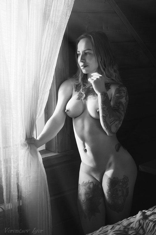 ню, девушки, грудь, обнажённая, красивая, окно, кровать, голая, тату photo preview