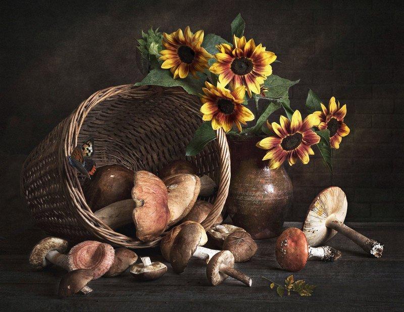 натюрморт, грибы, корзинка, кринка, подсолнухи, цветы, бабочка Грибное летоphoto preview