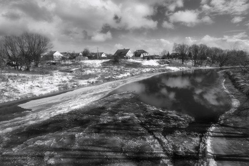 зима,река,лёд,берег,небо.облака,деревня зимняя рекаphoto preview