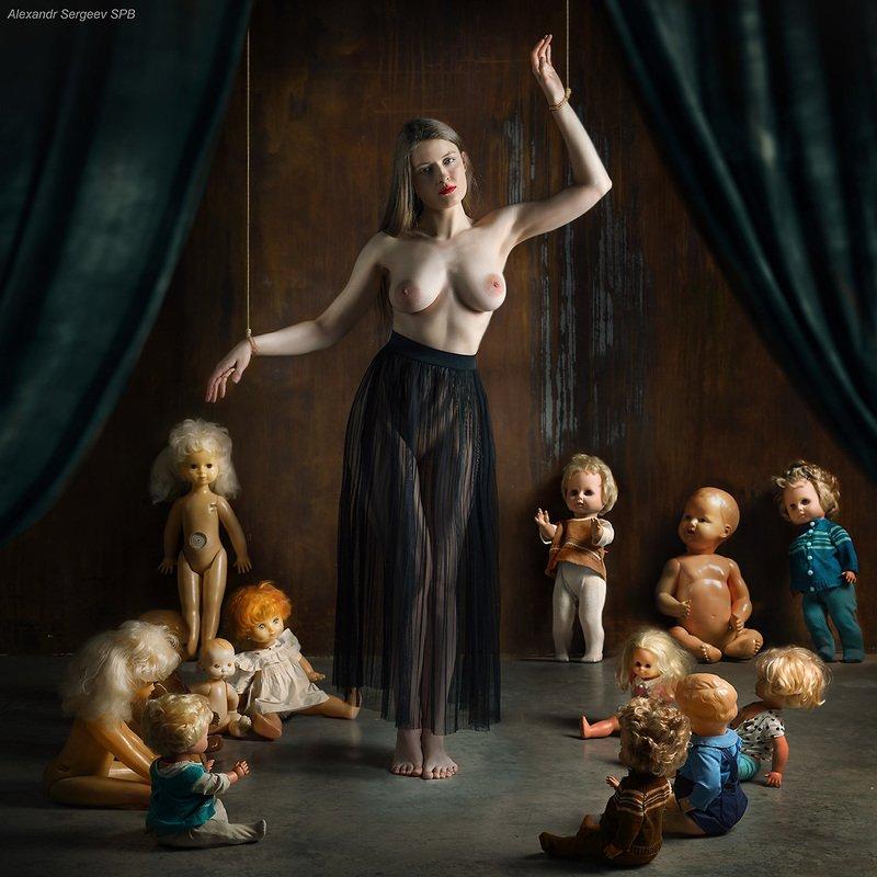 арт,ню-арт,концептуальное, девушка,обнажённая,куклы,инверсия Кукольный театрphoto preview