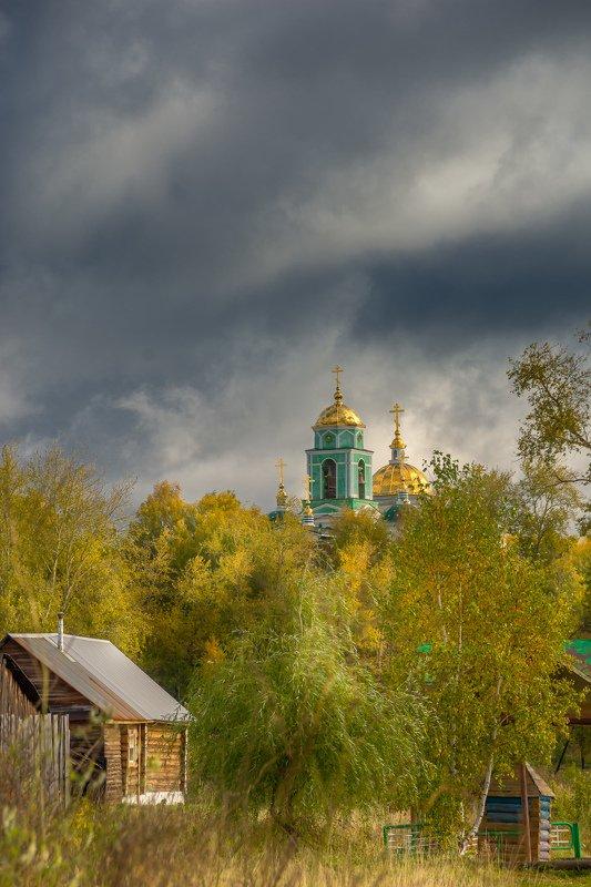 церковь храм осень тучи купола Небо хмурилосьphoto preview