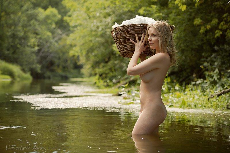 ню, девушка, грудь, обнажённая, красивая, голая, река, природа, стирка, корзина, бельё photo preview
