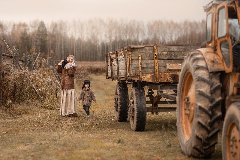 дети, деревенские дети, деревня, мальчики, мальчишки, дети и животные, кошка, кот, осень, трактор В деревнеphoto preview