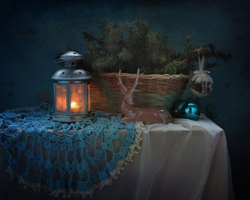 натюрморт, новый год, олень, фигурка, елка, украшения, фонарик Цвет настроения - синийphoto preview