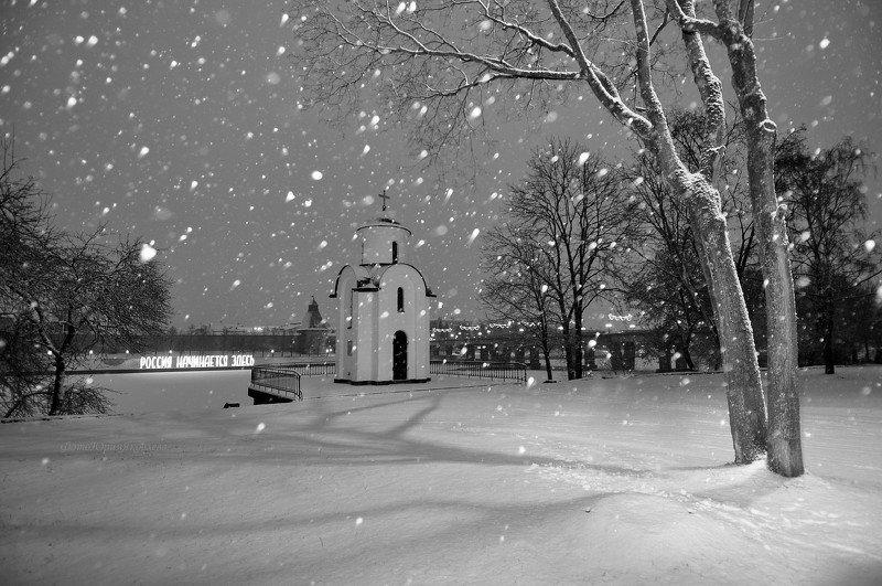 город, псков, памятник, пейзаж, зима, часовня, снег Снег кружится и летает.photo preview