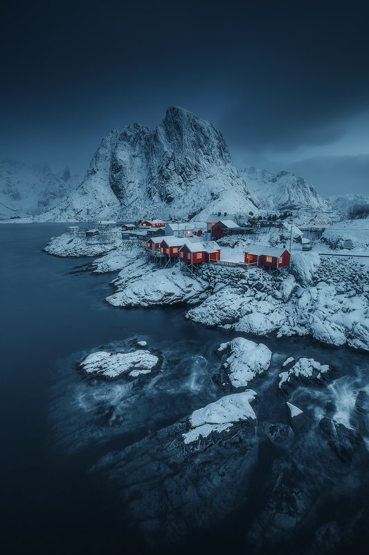 winter,snow,norway,lofoten,hamnoy,blue,red,storm,mountain,sea,ocean hamnoy  фото превью