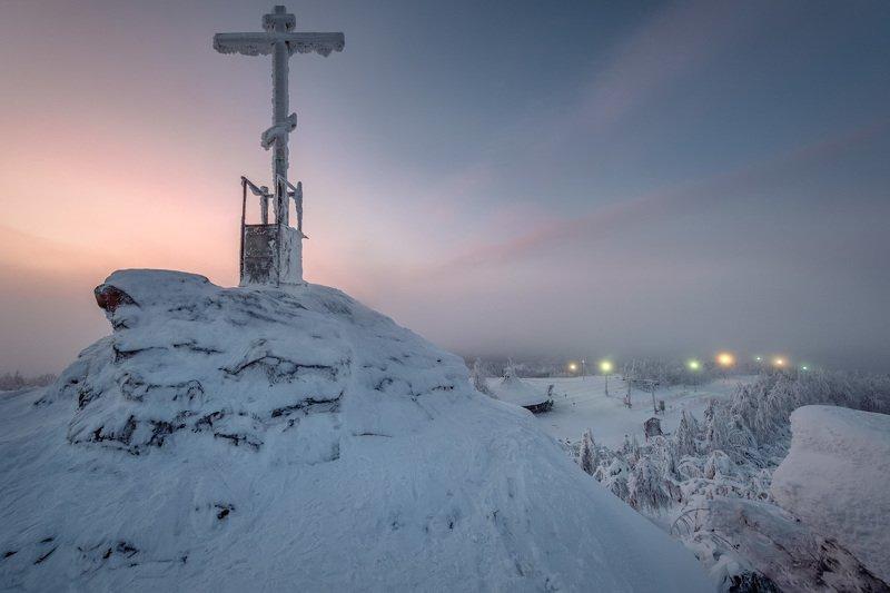 губаха, зима, крестовая, спуск, фонари, крест, туман Лыжный спуск на Крестовойphoto preview