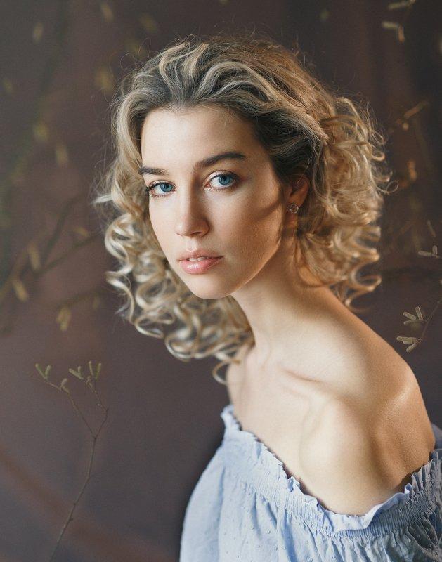 кудряшка, блондинка, девушка, студия, естественный свет, красота Лиляphoto preview